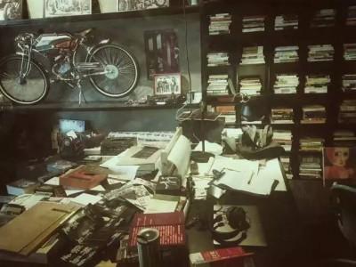 周云蓬、恶鸟、远子……这些奇怪的朋友家里书柜长什么样? | 诚意写作者