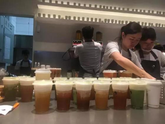 风暴眼中的喜茶上海来福士店,23岁的店长是这么说的 | 三明治