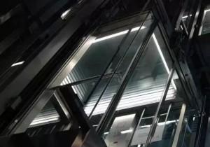 五月的纽?#36857;?#27773;车疯狂撞倒23人,而我被困在电梯